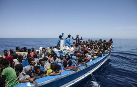 648x415_photo-fournie-ong-moas-migrant-offshore-aid-station-montrant-migrants-a-bord-bateau-mediterranee-1